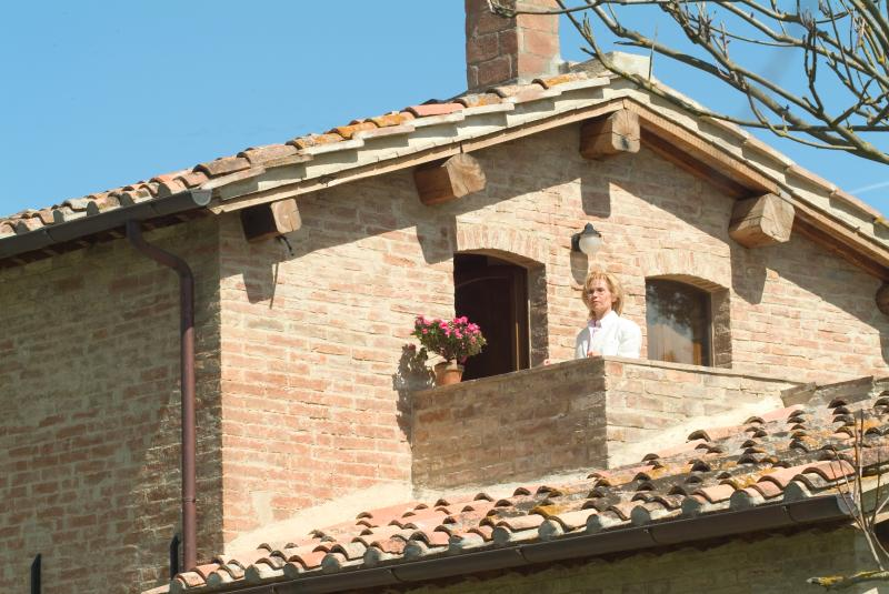 the Countess on the balcony of the cottage le Tortore