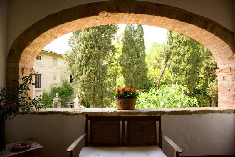 Large Estate with Historic Villa and Two Farmhouses for a Large Group - Monterig, holiday rental in Monteriggioni