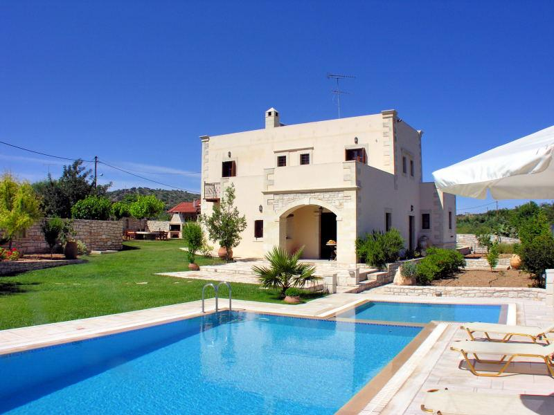 A self-catering fully-equipped stone villa with pool and spectacular views, alquiler vacacional en Achlades