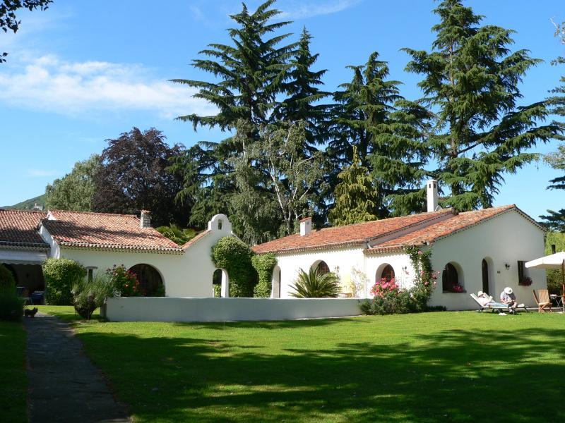 Lovely Small Villa on the Shore of Lake Maggiore - Villa della Colomba, location de vacances à Oleggio Castello