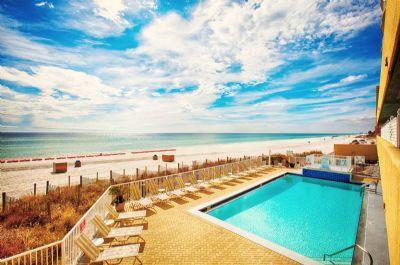 Hermosas piscinas con vista al golfo