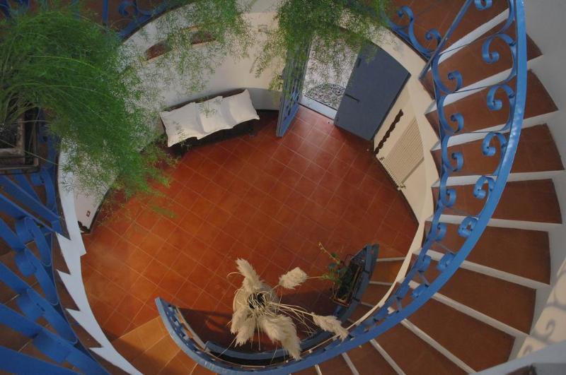 L'escalier, regardant vers le bas, vers la porte d'entrée.