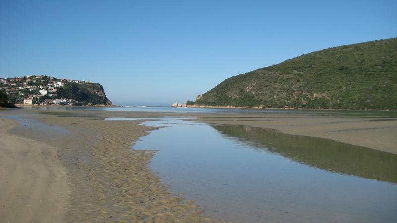 Marea baja en la playa de la bahía de bolardo