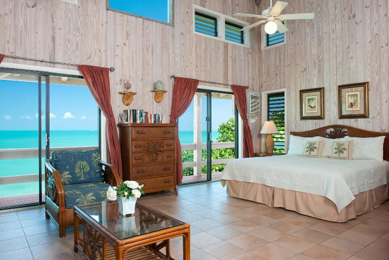 THE KING PALM SUITE - Over 400 sq/ft, king bed plus open sleeping loft with 2 queen beds