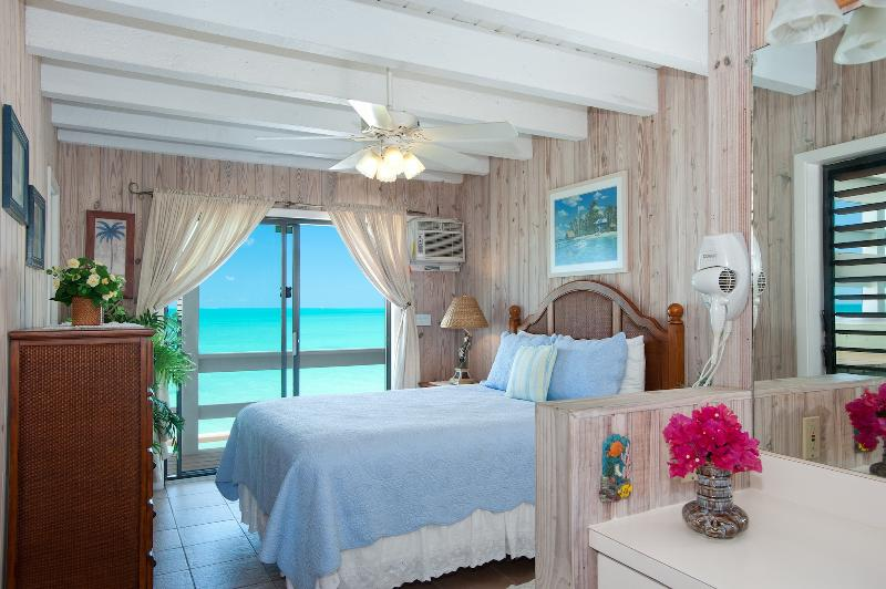 THE HIBISCUS SUITE - Beautiful, unobstructed ocean views! Queen bed with ensuite bathroom.