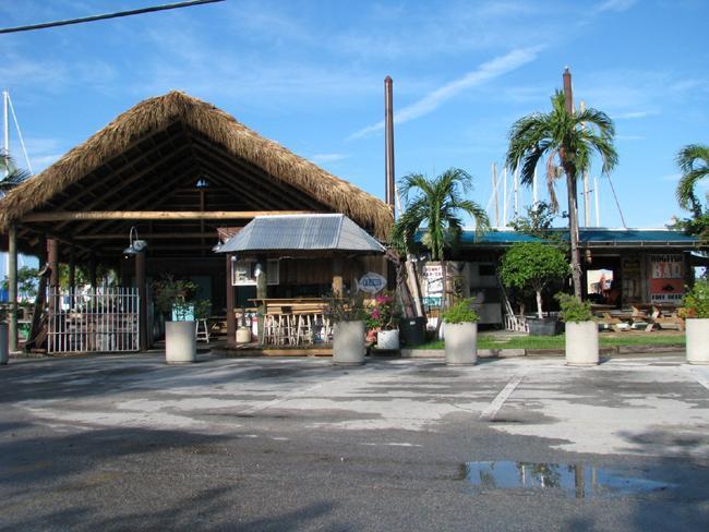 Hogfish Bar/Grill op het water.  Groot restaurant verborgen weg maar wandel afstand van de condo.