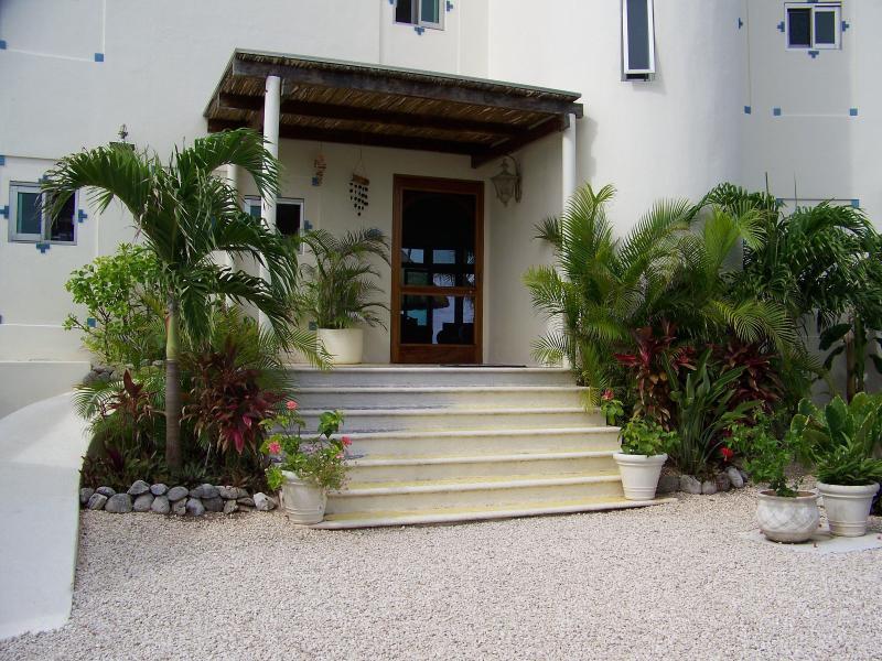 escalones que conducen a la puerta en Casa del Caribe Soul cerca de Tulum