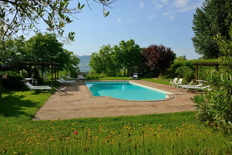 Bellissima country villa with 2 bedroom apartment, vacation rental in Todi