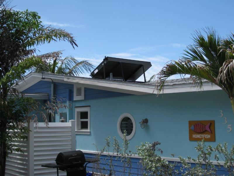 Le générateur d'eau chaude à Honeyfish chauffe la piscine et l'eau chaude de la maison du soleil !