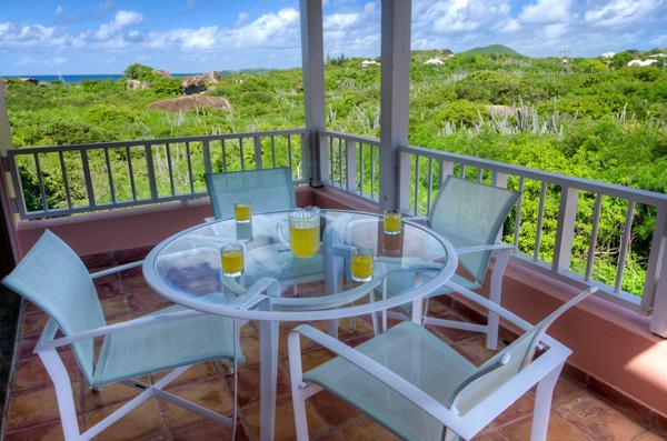 Speisen Sie auf der Veranda, während Sie die Aussicht und genießen die Brisen.