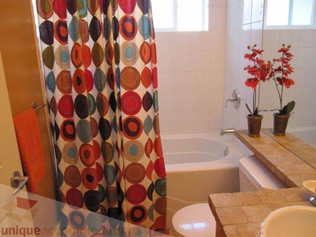 Secondo bagno al piano superiore con grande vasca, radiante pavimenti piastrellati e asciugamani di lusso