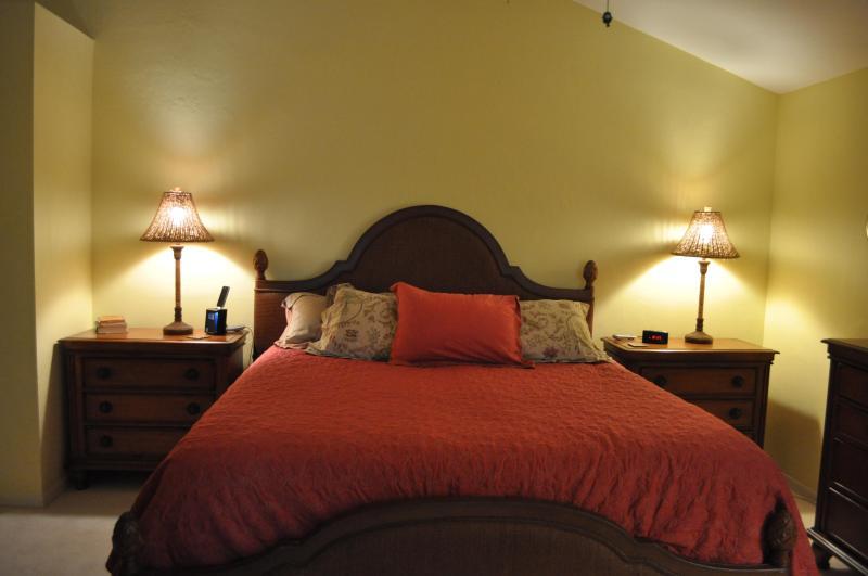 El dormitorio principal que se abre hacia la lanai.