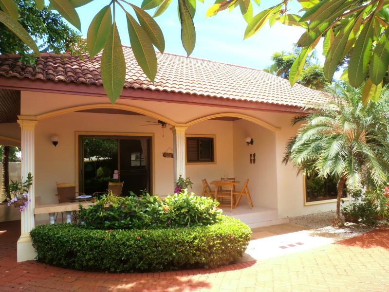 TROPICAL VIP Coconut Palms 2Bedroom Pool Villa, casa vacanza a Ya Nui