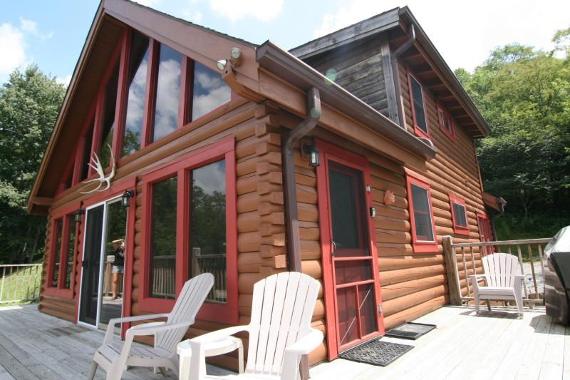 Secluded 3BR Log Cabin 2 Miles to Snowshoe Hot Tub WiFi, location de vacances à Snowshoe