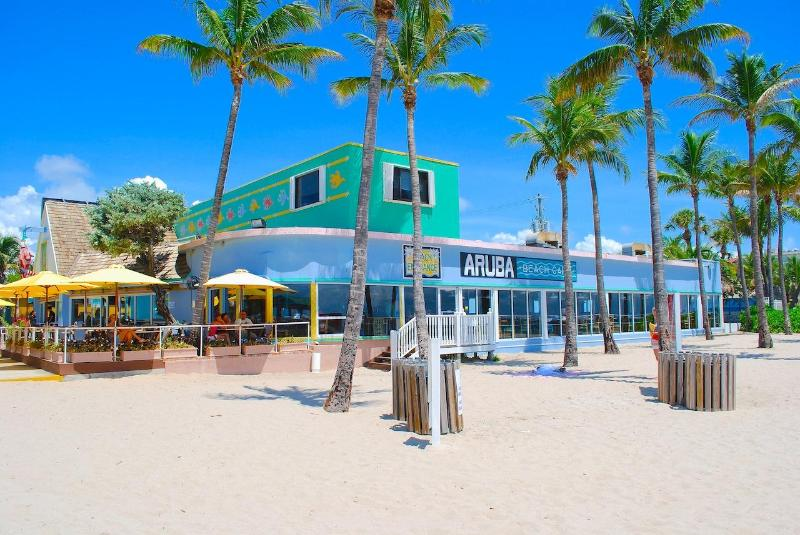 Fantastic Oceanfront Restaurants (Such as Aruba Cafe) and Shops Located Two Blocks Away!