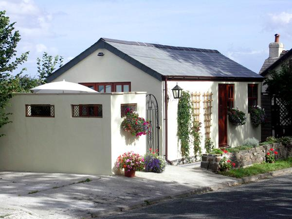 PALMERS LODGE, romantic, country holiday cottage, with a garden in Egloskerry, holiday rental in Kennards House