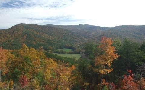 Chalet refuge vue de vallée d'automne