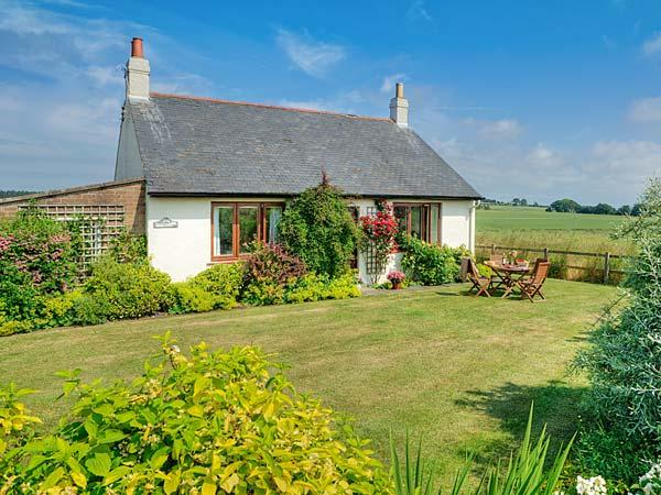 BARMOOR RIDGE, pet friendly, character holiday cottage, with a garden in Lowick, vacation rental in Lowick