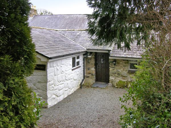 CONIFERS COTTAGE, pet-friendly, character holiday cottage, with a garden in, holiday rental in Llanystumdwy