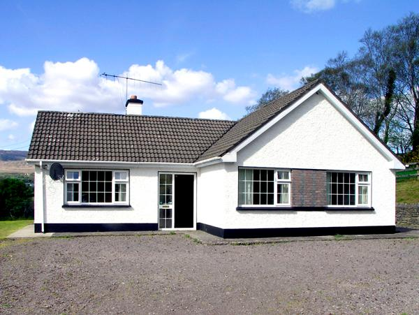 DROUMATOUK COTTAGE, pet friendly, country holiday cottage, with a garden in, vacation rental in Kilgarvan