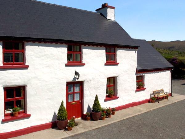 FEHANAUGH COTTAGE, country holiday cottage, with a garden in Lauragh, County, holiday rental in Castletownbere
