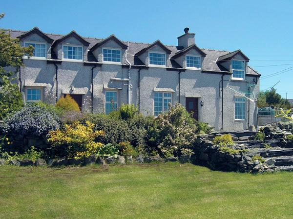 GLAN Y GORS, pet friendly, character holiday cottage, with a garden in, holiday rental in Cwm-y-Glo