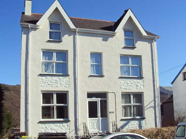 HALFORD HILL, pet friendly, country holiday cottage, with a garden in, holiday rental in Cwm-y-Glo