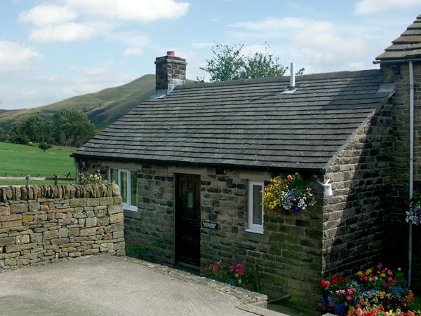 HATHAWAY COTTAGE, character holiday cottage, with a garden in Edale, Ref 610, holiday rental in Edale