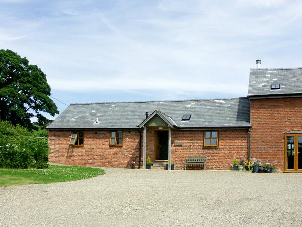 THE BYRE, character holiday cottage, with a garden in Wentnor, Ref 1502, vacation rental in Snailbeach