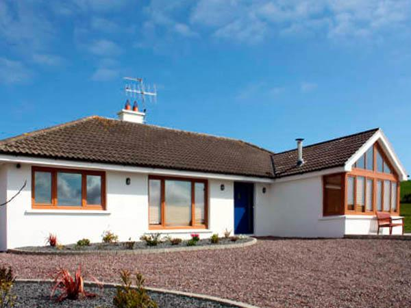 LOUGH CLUHIR COTTAGE, pet friendly, country holiday cottage, with a garden in, location de vacances à Rosscarbery