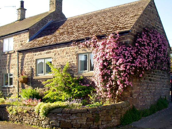 COBBLED CORNER, romantic, character holiday cottage, with a garden in Elton, holiday rental in Winster
