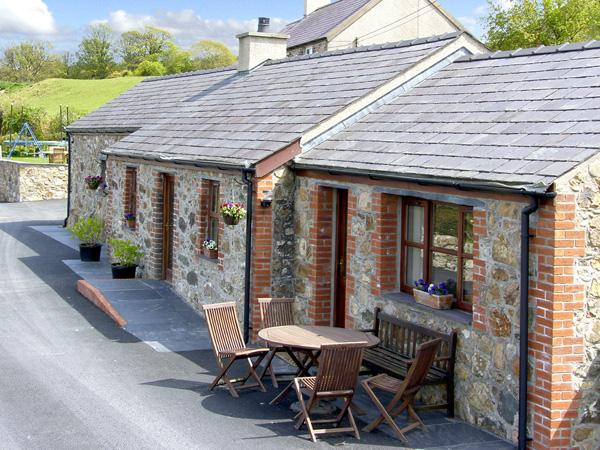PENRALLT COTTAGE, character holiday cottage, with a garden in Y Felinheli, Ref, holiday rental in Cwm-y-Glo