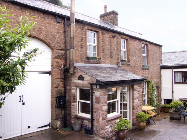2 EDEN GROVE COTTAGES, pet friendly, character holiday cottage, with a garden, alquiler de vacaciones en Carlisle