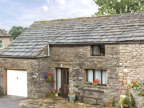 OLD COTTAGE, pet friendly, country holiday cottage, with a garden in Nateby, Ferienwohnung in Brough