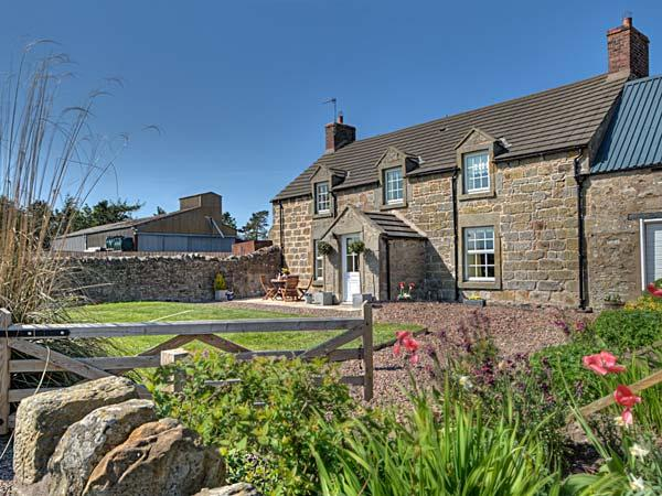 THE OLD FARMHOUSE, family friendly, luxury holiday cottage, with a garden in, vacation rental in Lowick