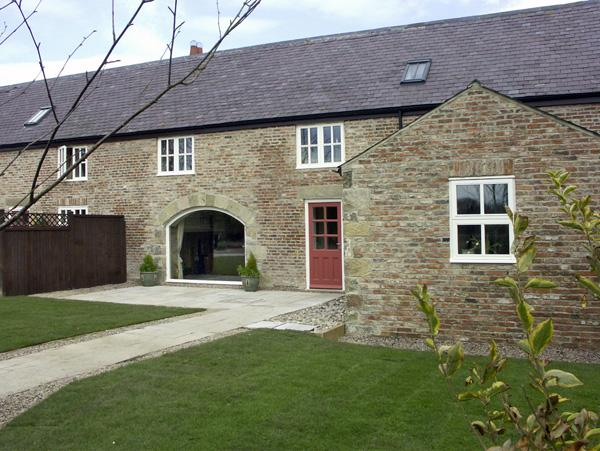 THE RED BARN, family friendly, luxury holiday cottage, with a garden in, Ferienwohnung in Newton on the Moor