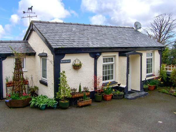 TY NEWYDD BACH, pet friendly, country holiday cottage, with a garden in Pentir, holiday rental in Cwm-y-Glo