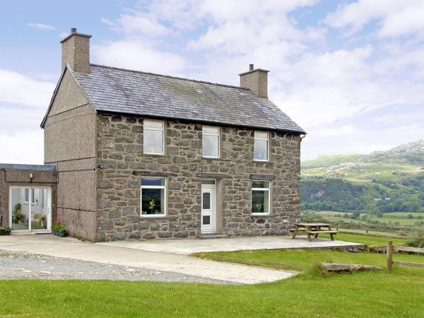 YMWLCH BACH FARMHOUSE, family friendly, character holiday cottage, with a, location de vacances à Criccieth