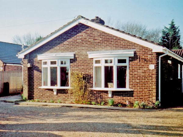 WILLOW SUNRISE, pet friendly, holiday cottage, with a garden in Pott Row, vacation rental in King's Lynn