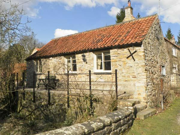 BECKSIDE, luxury holiday cottage, with a garden in Lastingham, Ref 1293, location de vacances à Hutton le Hole
