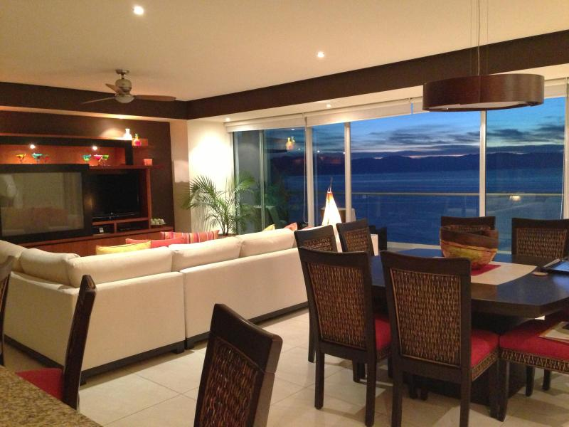 LIVING/DINING AREA WITH VIEW OF THE OCEAN