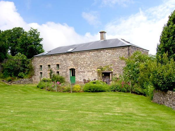 THE COACH HOUSE, pet friendly, character holiday cottage, with a garden in, Ferienwohnung in Gilwern