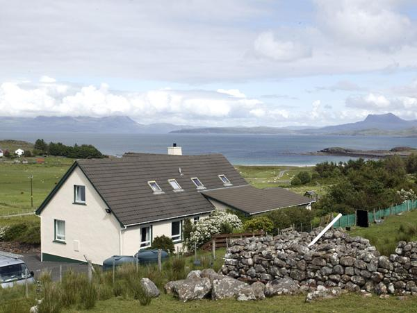 THE APARTMENT, pet friendly, country holiday cottage, with a garden in Aultbea, vacation rental in Loggie