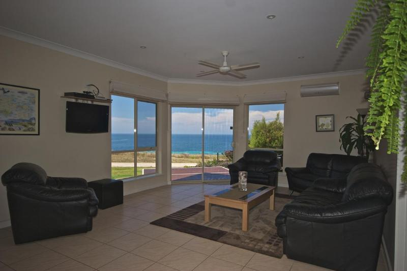 4.5 Star Rated holiday home with modern decor  with sea views from the living area and deck.