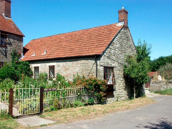 THE OLD BULL STALL, pet friendly, country holiday cottage, with a garden in, vacation rental in Bruton