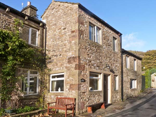 CLIFFORD HOUSE FARM, pet friendly, character holiday cottage, with a garden in, casa vacanza a Kettlewell