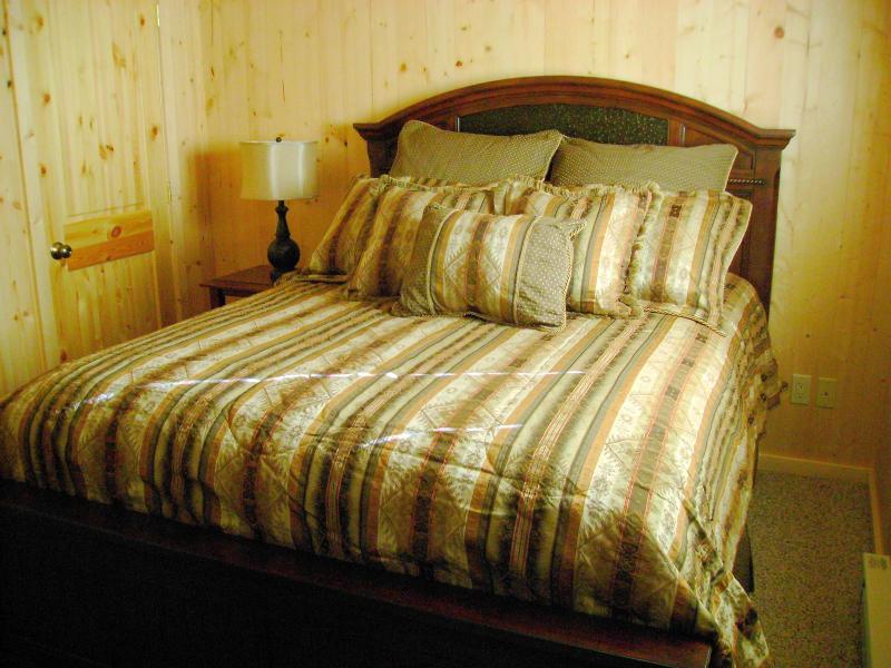 first floor bedroom queensize bed