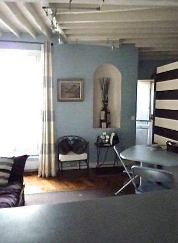 Blick auf Wohnzimmer und Essbereich von der Küche Zähler oben