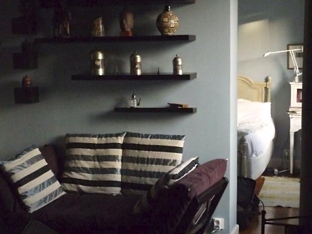 Einzelne Futon/Schlafcouch im Wohnzimmer und Queen Size-Bett im Schlafzimmer