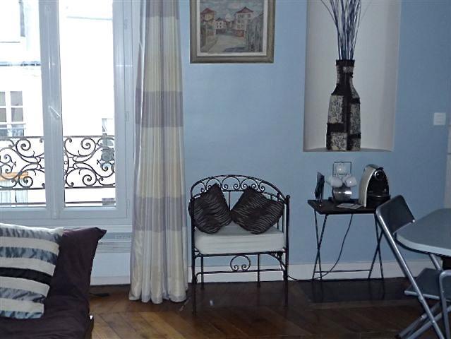 Eines der Fenstertür im Wohnzimmer, mit Blick auf einen ruhigen Innenhof mit Blick auf den Dächern